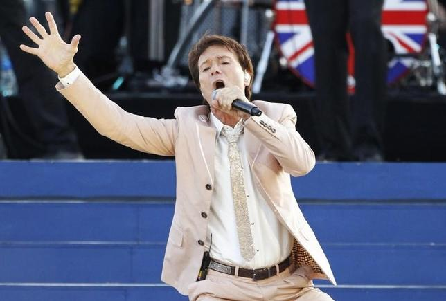 Singer Cliff Richard performs during the Diamond Jubilee concert in front of Buckingham Palace in London June 4, 2012.  REUTERS/David Moir