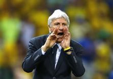 Técnico Pekérman grita durante jogo da Colômbia contra o Brasil na Copa do Mundo, em 4 de julho.  REUTERS/Marcelo Del Pozo