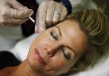 Injection de Botox. Selon le Wall Street Journal, le fabricant du Botox Allergan a contacté Salix Pharmaceuticals et au moins un autre groupe en vue d'un éventuel rachat et tenter ainsi de faire capoter la tentative de rachat lancée par le canadien Valeant Pharmaceuticals International. /Photo d'archives/REUTERS/Jim Young