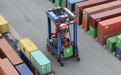 Les exportations allemandes vers la Russie ont chuté au premier semestre 2014 (-15,5% en valeur), affectées notamment par une forte baisse des livraisons de voitures et de machines, dans un contexte de tensions croissantes entre l'Occident et Moscou sur l'Ukraine. /Photo d'archives/REUTERS/Fabian Bimmer