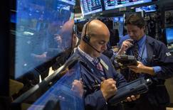 Unos operadores en la bolsa de Wall Street en Nueva York, ago 20 2014. Las acciones de Estados Unidos operaban con pocos cambios el miércoles tras dos días de ganancias, antes de la publicación de las minutas de la más reciente reunión de la Reserva Federal, mientras los inversores desestimaban las sombrías previsiones de ganancias de algunos minoristas, como Lowe's y Target. REUTERS/Brendan McDermid