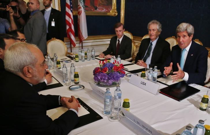 Iran's Foreign Minister Mohammad Javad Zarif (L) meets with U.S. Secretary of State John Kerry (R) at talks between the foreign ministers of the six powers negotiating with Tehran on its nuclear program in Vienna, July 13, 2014.  REUTERS/Jim Bourg