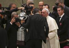 Papa recebe representantes do San Lorenzo e cumprimenta o presidente do clube, Matias Lammens, nesta quarta-feira.  REUTERS/Alessandro Bianchi