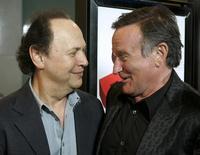 Os atores e comediantes Billy Crystal (esquerda) e Robin Williams se encontram em pré-estreia de filme em Los Angeles, nos Estados Unidos, em 2009. 13/08/2009 REUTERS/Fred Prouser