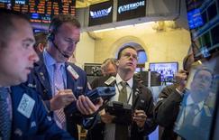 Operadores en la Bolsa de Nueva York el 19 de agosto de 2014. Las acciones estadounidenses abrieron con pocos cambios el jueves, debido a que muchos inversores se resistieron a hacer apuestas de cara al inicio de una reunión de banqueros centrales y economistas en Jackson Hole, aunque datos de solicitudes de desempleo apuntaron a una mejora del mercado laboral. REUTERS/Brendan McDermid
