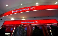 Un grupo de clientes usando cajeros automáticos del Bank of America en el distrito financiero de Nueva York, ene 17 2013. Bank of America Corp llegó a un acuerdo los reguladores estadounidenses para el pago de 16.650 millones de dólares, con el que pondría fin a acusaciones sobre que habría llevado a inversores a comprar activos respaldado por hipotecas problemáticas. REUTERS/Brendan McDermid