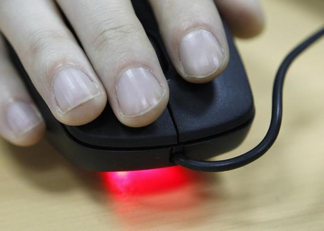 An employee uses a computer mouse inside an office in Kiev April 24, 2012.  REUTERS/Gleb Garanich