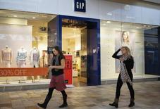 Gap à suivre à la Bourse de New York. L'enseigne de vêtements a publié jeudi des résultats trimestriels supérieurs aux attentes et relevé sa prévision de bénéfice par action annuel, grâce à la hausse des ventes de sa marque Old Navy. /Photo prise le 27 février 2014/REUTERS/Rick Wilking