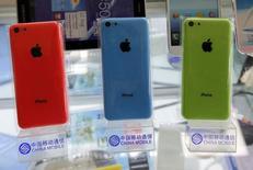 Imagen de archivo de una serie de teléfonos iPhone 5Cs en Pekín, dic 23 2013. Los proveedores de Apple están luchando para tener listas a tiempo suficientes pantallas para el nuevo iPhone 6, luego de que la necesidad de rediseñar un componente clave interrumpió la producción de cara al esperado lanzamiento del teléfono avanzado el próximo mes, dijeron fuentes de la cadena de suministros.  REUTERS/Kim Kyung-Hoon