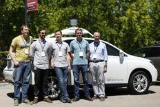 El coche se detuvo en las señales de Stop, se deslizó por las curvas y no se tambaleó, pero lo más destacable de la conducción es que no hubo ninguna complicación.  No se trata de una alabanza pobre, es algo muy admirable por el coche en cuestión: el que funciona sin conductor de Google.  En la imagen, Chris Urmson, (izquierda), director del proyecto de coche autónomo de Google, posa con otros miembros de su equipo frente a uno de los coches en el Museo de Historia de Computación tras una presentación en Mountain View, California el 13 de mayo de 2014.   REUTERS/Stephen Lam