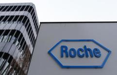 En esta foto de archivo se ve el logo de la farmacéutica suiza Roche, fuera de sus oficinas centrales en Basilea, 30 de enero de 2014. Roche Holding AG acordó comprar la compañía estadounidense de biotecnología InterMune por 8.300 millones de dólares en efectivo, en la última adquisición multimillonaria de un sector farmacéutico que apuesta cada vez más a la consolidación.. REUTERS/Ruben Sprich