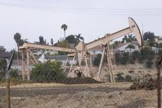 Станки-качалки в Лос-Анджелесе 6 мая 2008 года. Цены на нефть снижаются из-за повышенного предложения и укрепления доллара. REUTERS/Hector Mata