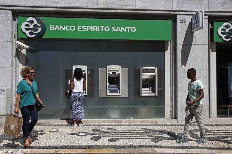 People walk near an office of Portuguese bank Banco Espirito Santo (BES) in downtown Lisbon August 12, 2014.  REUTERS/Hugo Correia