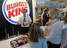 Burger King discute du rachat de la chaîne canadienne de restaurants Tim Hortons, ce qui pourrait déboucher sur la création d'un groupe affichant une capitalisation boursière de 18 milliards de dollars et permettre au spécialiste des hamburgers de se domicilier fiscalement en dehors des Etats-Unis. /Photo d'archives/REUTERS/Jean-Paul Pélissier