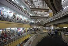 Imagen de archivo del mercado central de Fortaleza, mar 29 2014. El índice de confianza del consumidor brasileño cayó un 4,3 por ciento en agosto, interrumpiendo dos meses de avances, y alcanzó su menor nivel en más de cinco años, dijo el lunes la privada Fundación Getulio Vargas (FGV). REUTERS/Davi Pinheiro