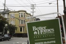 Imagen de archivo de un anucio de bienes raíces en el barrio Haight Ashbury en San Francisco, jul 17 2014. Las ventas de casas unifamiliares nuevas en Estados Unidos bajaron por segundo mes consecutivo en julio, pero un alza en los inventarios de propiedades en el mercado y una moderación en el aumento de precios debería ayudar a estimular la demanda en los próximos meses. REUTERS/Robert Galbraith