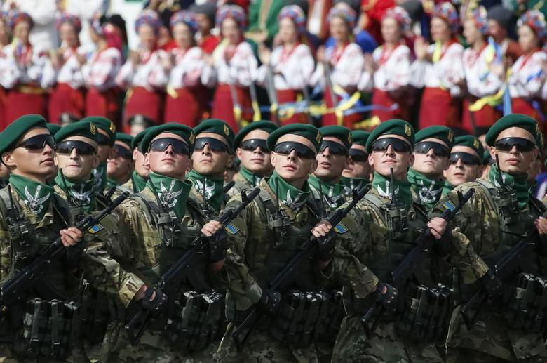 Border guards march during Ukraine's Independence Day military parade, in the centre of Kiev August 24, 2014.   REUTERS/Gleb Garanich
