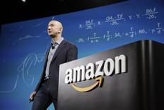 Amazon a annoncé lundi le rachat pour 970 millions de dollars (732 millions d'euros) de Twitch, qui était également dans le viseur de Google, confirmant ainsi sa volonté de ne plus se contenter de la distribution et de se diversifier dans la vidéo et les jeux en ligne.  Avec l'acquisition de ce réseau social, le groupe de Jeff Bezos (photo) met la main sur le pionnier de la diffusion en streaming de parties de jeux vidéo, un segment en pleine croissance. /Photo d'archives/REUTERS/Jason Redmond