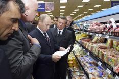Владимир Путин в продуктовом супермаркете в Москве 24 июня 2009 года. Минэкономразвития ухудшило прогноз развития экономики России в ближайшую трехлетку на фоне противостояния с Западом из-за конфликта на Украине. REUTERS/Alexei Nikolsky/RIA Novosti/Pool