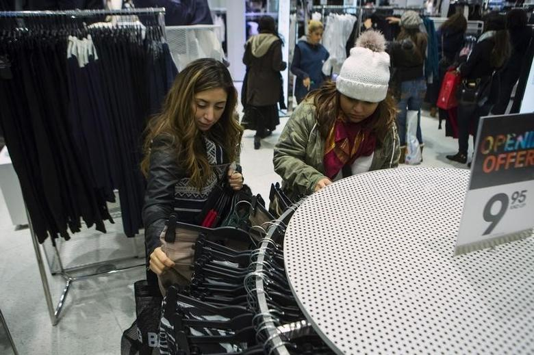 People shop at H&M on Thanksgiving Day in New York November 28, 2013. REUTERS/Eric Thayer