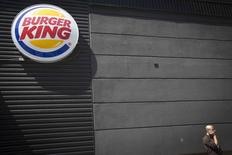 Una persona camina frente a un restaurante de la cadena Burger King en Nueva York, ago 25 2014. Burger King Worldwide Inc anunció el martes un acuerdo para comprar la cadena canadiense de café y donuts Tim Hortons Inc por 11.530 millones de dólares en una operación en efectivo y acciones, que creará la tercera cadena de comida rápida más grande del mundo.    REUTERS/Carlo Allegri
