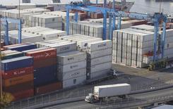 Imagen de archivo de una serie de contenedores apilados en el puerto chileno de Valparaíso, abr 5 2013. La producción manufacturera en Chile se habría contraído un 2,3 por ciento interanual en julio, ante un escenario de fuerte desaceleración de la demanda interna y una alta base de comparación, reveló el martes un sondeo de Reuters. REUTERS/Eliseo Fernandez