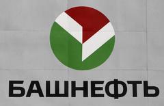 Логотип Башнефти на НПЗ в Уфе 11 апреля 2013 года. Башнефть, объединяющая нефтегазовые активы российского холдинга Система на 20 процентов увеличила чистую прибыль во втором квартале 2014 года по МСФО до 15,9 миллиарда рублей с 13,2 миллиарда годом ранее, сообщила компания. REUTERS/Sergei Karpukhin