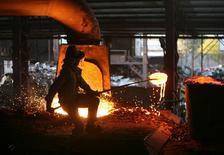 Цех сталелитейного комбината близ индийского города Джамму 2 января 2014 года. Крупнейший в РФ производитель стали - горно-металлургическая группа Евраз вернулась к прибыли в первом полугодии, продав чешский завод, но остался позади своих российских конкурентов по рентабельности. REUTERS/Mukesh Gupta