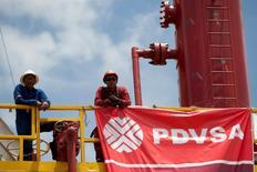 Imagen de archivo de unos obreros de la petrolera estatal PDVSA en Morichal, Venezuela, jul 28 2011. La estatal Petróleos de Venezuela (PDVSA) está considerando importar crudo argelino Saharan Blend para diluir sus propios crudos extrapesados, de acuerdo con un documento de la empresa al que Reuters tuvo acceso el miércoles.   REUTERS/Carlos Garcia Rawlins