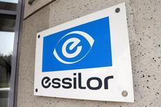 Essilor, numéro un mondial de l'optique opthtalmique, Essilor a relevé jeudi ses prévisions annuelles en publiant des résultats semestriels en hausse grâce aux synergies d'acquisitions, à l'accélération de sa croissance en Amérique du Nord et aux performances de ses produits à haute valeur ajoutée. /Photo d'archives/REUTERS/Charles Platiau