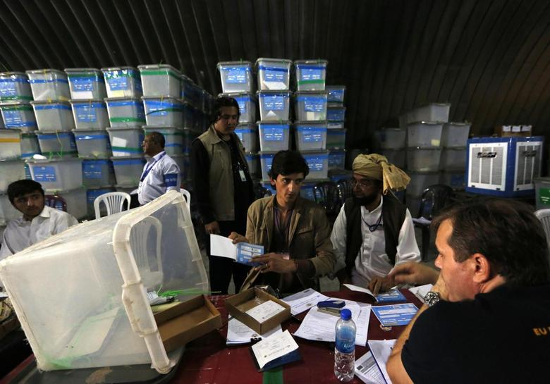 Afghan election workers count ballot papers for an audit of the presidential run-off in Kabul August 27, 2014.  REUTERS/Mohammad Ismail