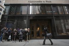 Abercrombie & Fitch fait état jeudi d'un dixième recul consécutif de ses ventes trimestrielles à magasins comparables, la chaîne américaine de vêtements à destination des jeunes ne parvenant pas à attirer des clients dans un contexte de baisse des salaires et de raréfaction de l'emploi. /Photo d'archives/REUTERS/Lucas Jackson