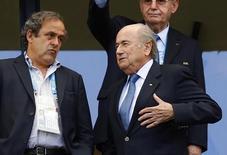 Presidente da Fifa, Joseph Blatter, fala com o presidente da Uefa, Michel Platini, antes de jogo da Copa do Mundo em Salvador. 16/06/2014 REUTERS/Darren Staples