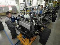 Сотрудник завода Соллерс во Владивостоке 26 апреля 2010 года. Российский производитель легких коммерческих и легковых автомобилей Соллерс снизил чистую прибыль по международным стандартам в первом полугодии 2014 года в 6,6 раза до 256 миллионов рублей, сообщила компания в пятницу. REUTERS/Yuri Maltsev