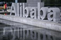 Imagen de archivo de la fachada de la sede central de Alibaba en Hangzhóu, en la provincia china de Zhejiang, el 23 de abril del 2014. Alibaba Group Holding Ltd planea realizar su debut en la bolsa de acciones de Nueva York el 8 de septiembre, dijo el sábado a Reuters una persona con conocimiento de la situación. REUTERS/Chance Chan (CHINA - Tags: BUSINESS) CHINA OUT. NO COMMERCIAL OR EDITORIAL SALES IN CHINA - RTR3S8SU