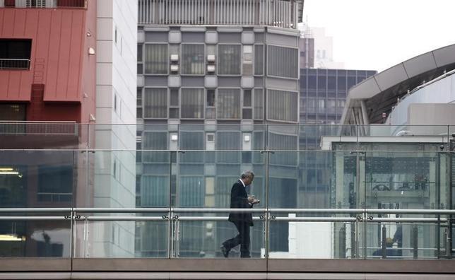 9月1日、内閣官房参与を務める本田悦朗静岡県立大学教授はロイターのインタビューに応じ、4月の消費増税による景気下振れは想定外の大きさだったと懸念を示した。写真は東京のビジネス街で4月撮影(2014年 ロイター/Toru Hanai )