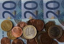 Купюры и монеты евро в боснийском городе Зеница 26 апреля 2014 года. Евро торгуется вблизи годового минимума к доллару после малоактивных торгов понедельника, когда американские рынки были закрыты. REUTERS/Dado Ruvic