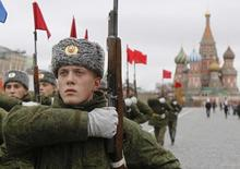 Russian servicemen representing the Kremlin Regiment march during a military parade rehearsal in Moscow's Red Square November 3, 2011.  REUTERS/Denis Sinyakov