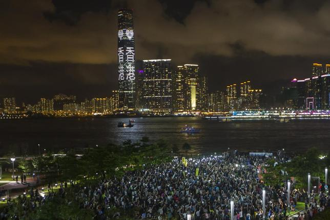 Pro-democracy protesters hold up their mobile phones during a campaign to kick off the Occupy Central civil disobedience event in Hong Kong August 31, 2014.  REUTERS/Tyrone Siu