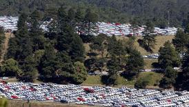 Carros novos estacionados em área de fábrica da Volkswagen em São Bernardo do Campo. REUTERS/Paulo Whitaker