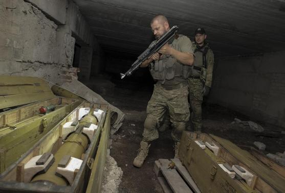 Members of Ukrainian police special task force 'Kiev-1' inspect weapons hidden by pro-Russian separatists in the basement of an unfinished house in Slaviansk September 2, 2014.  REUTERS-Stanislav Belousov