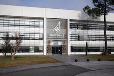 Le groupe Dassault est prêt à racheter 10% des actions Dassault Aviation à Airbus Group dans le cadre du désengagement du groupe européen, rapportent mercredi Les Echos. /Photo prise le 10 janvier 2014/REUTERS/Benoît Tessier
