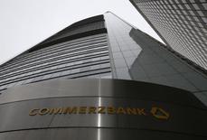 Le gouvernement allemand a morigéné le patron de Commerzbank pour avoir évoqué la possibilité pour la zone euro d'émettre des emprunts communs, un haut fonctionnaire lui conseillant ainsi de s'en tenir au métier de banquier. /Photo prise le 13 février 2014/REUTERS/Ralph Orlowski