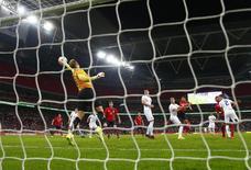 O goleiro da Inglaterra Joe Hart faz uma defesa em partida amistosa contra a Noruega no estádio de Wembley, em Londres. 03/09/2014.REUTERS/Eddie Keogh