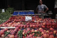 Продуктовый рынок в Афинах 8 августа 2014 года. Российский запрет на поставки продовольствия из Европы, ответ Москвы на введенные из-за кризиса на Украине санкции ЕС, будет стоить Евросоюзу 5 миллиардов евро в год, говорится во внутреннем документе ЕС, с которым ознакомился Рейтер. REUTERS/Alkis Konstantinidis