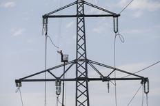 Рабочий ремонтирует ЛЭП близ Славянска 3 сентября 2014 года. Украина начала отключения от электроэнергии зависимого от ее поставок Крыма после предупреждения о возможном снижении экспорта на полуостров с 3 сентября из-за собственного дефицита топлива и гидроресурсов. REUTERS/Gleb Garanich