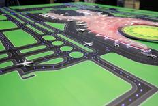 Fotografía de la maqueta del nuevo aeropuerto internacional de la Ciudad de México, 3 septiembre, 2014.El Gobierno de México presentó el miércoles el diseño ganador para la construcción del nuevo aeropuerto de la capital, que requerirá de una inversión de unos 120,000 millones de pesos (9,120 millones de dólares) en recursos públicos y privados. REUTERS/Tomas Bravo