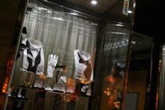 Una tienda comercial en el centro de Santiago, ago 26 2014. La inflación en Chile habría sido de un 0,1 por ciento en agosto por una mayor moderación de la demanda interna, lo que elevaría la opción de que el Banco Central recorte nuevamente la tasa de interés clave para impulsar una deprimida economía. REUTERS/Ivan Alvarado