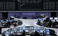 Unos operadores en sus puestos de trabajo en la bolsa de Comercio alemana en Fráncfort, sep 2 2014. Las acciones europeas cerraron en alza el jueves, con un índice referencial que tocó brevemente un máximo de 6 años y medio, luego de que el Banco Central Europeo volvió a recortar las tasas de interés y anunció planes para comprar activos en un intento por apuntalar la inflación en la zona euro.      REUTERS/Remote/Stringer