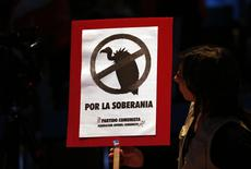 "A woman looks at a sign with a drawing of a vulture that reads ""For sovereignty"" during a rally against the payment to what the government calls ""vulture"" creditors in Buenos Aires, August 12, 2014.   REUTERS/Marcos Brindicci"